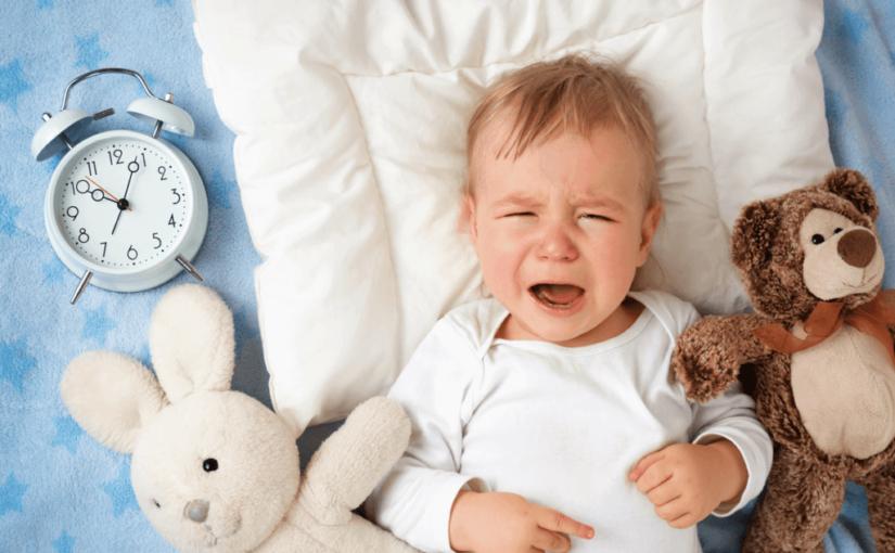 赤ちゃんの寝かしつけのコツ!泣くときは放置?
