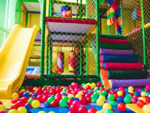関東・関西で人気の室内遊び場24選!年齢別おすすめの室内遊びや、親子で楽しめる手作りおもちゃをご紹介