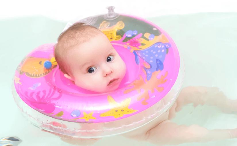 赤ちゃんのお風呂で使うスイマーバはいつから?サイズや正しい付け方を知って事故のない安全なバスタイムを