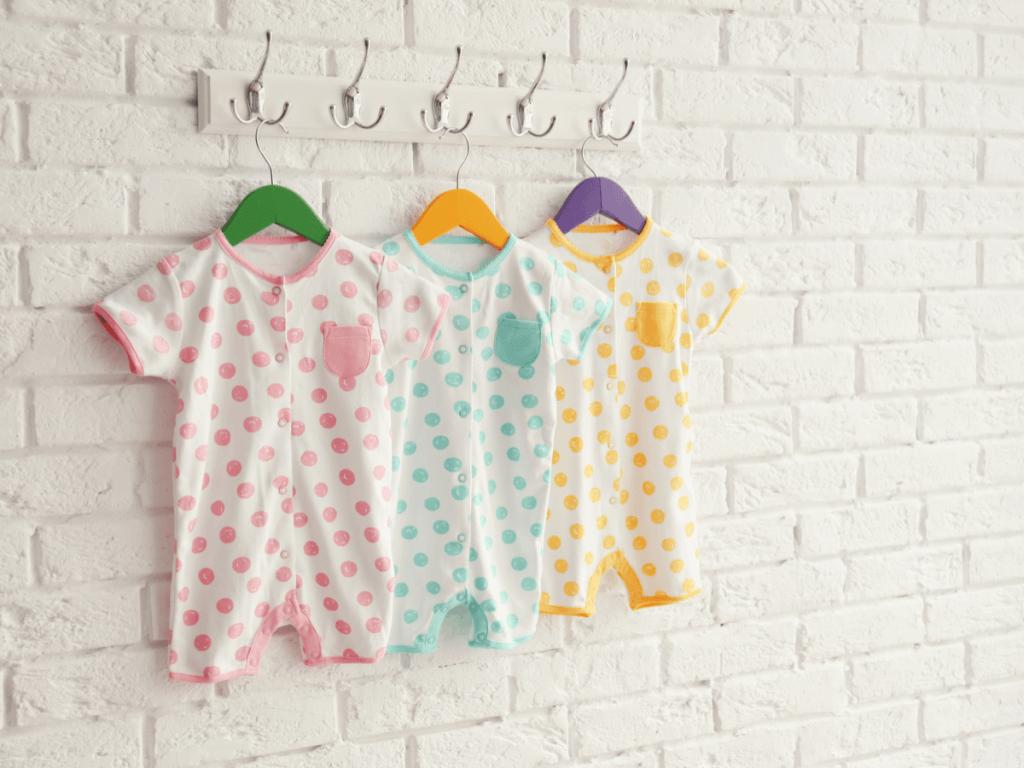 赤ちゃんのロンパースはいつまで?季節ごとの着させ方や人気商品、手作りの方法について