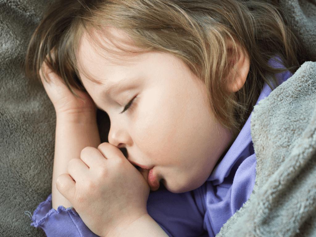 子どもの指しゃぶりが始まったらどうしたら良い?年齢別原因と対策、防止グッズ5選