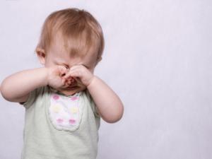 【医師監修】子供の流行性角結膜炎(はやり目)、保育園や小学校はいつからOK?症状や対策・治療法を知ろう!