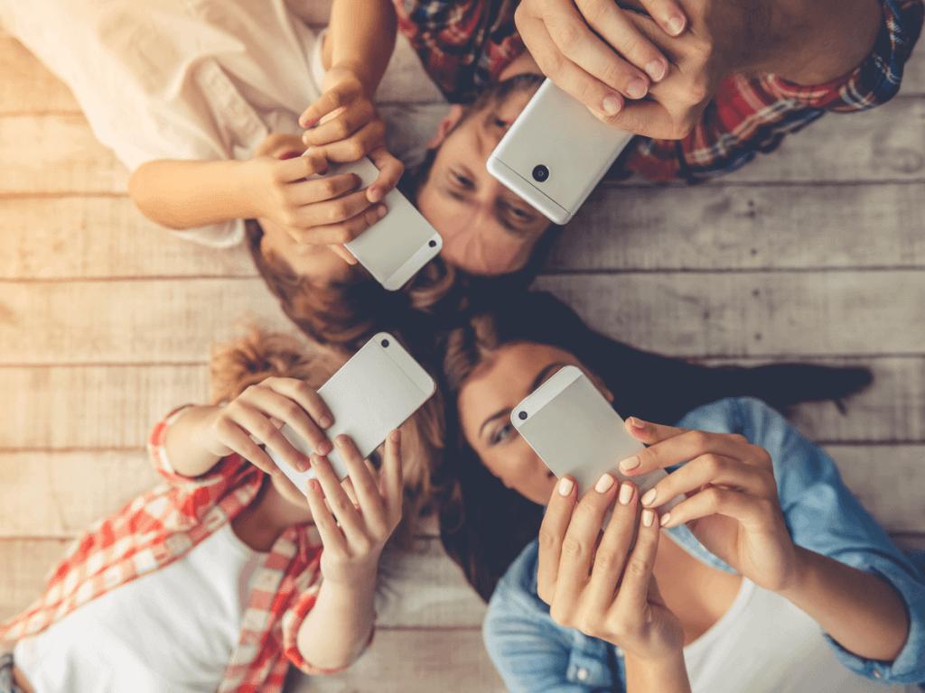 【2017年版】キッズ携帯はいつから持たせる?ドコモ・au・ソフトバンクの比較やカバー・ストラップをご紹介