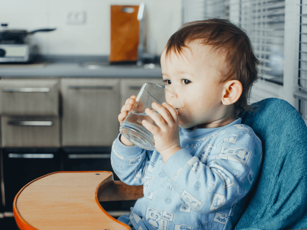 赤ちゃんのコップ飲みの練習方法は?上手にできる8つのコツとおすすめベビーマグ7選