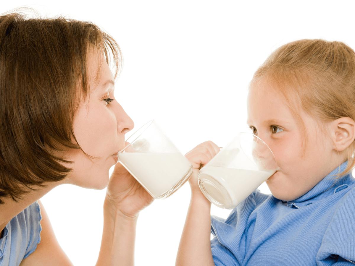 赤ちゃんのコップ飲みの練習方法は?上手にできる8つのコツとおすすめベビーマグ7選(4)
