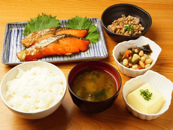 【管理栄養士が教える】簡単に作れる晩御飯おすすめレシピ11選!美味しくて栄養たっぷりの献立をご紹介
