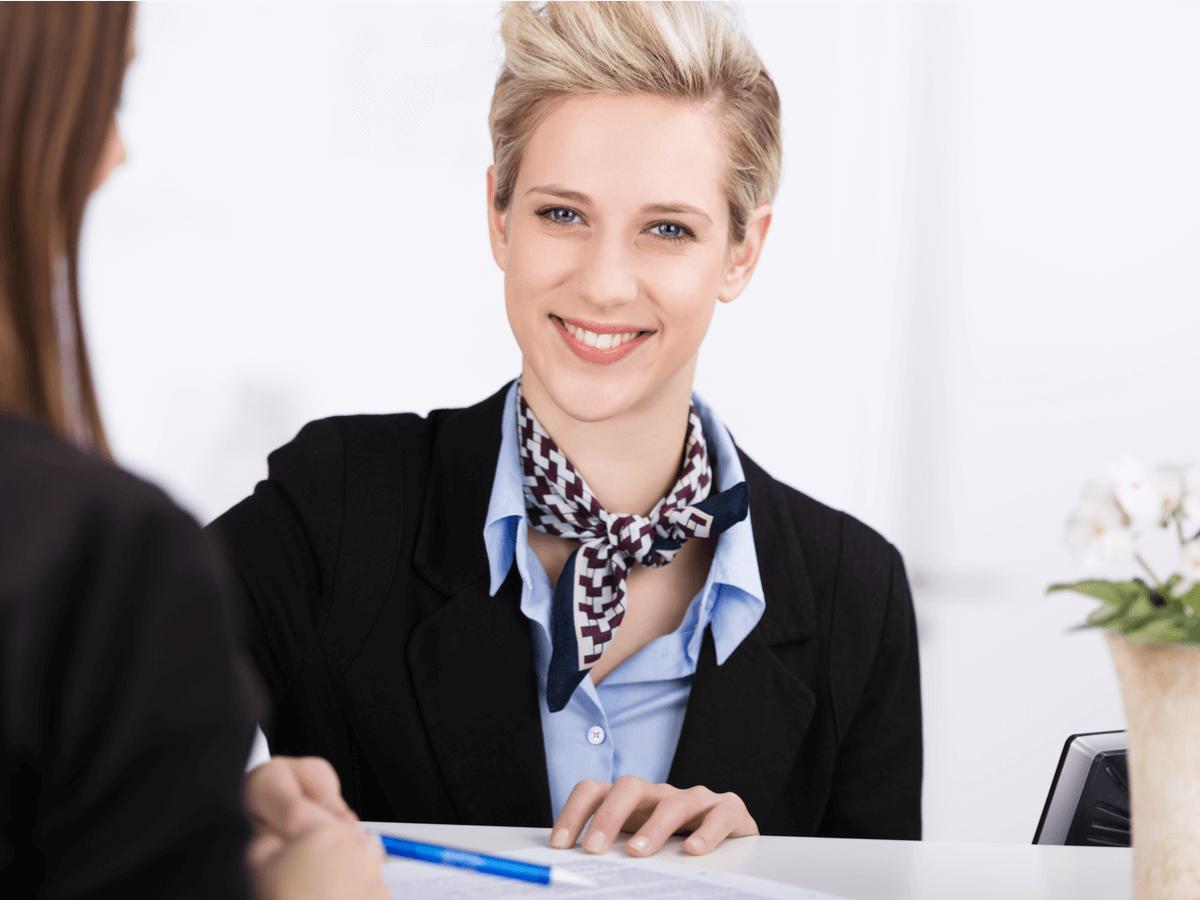 受付は笑顔でお客様をお迎えする企業の顔!正社員として働くために有利な資格と仕事内容について
