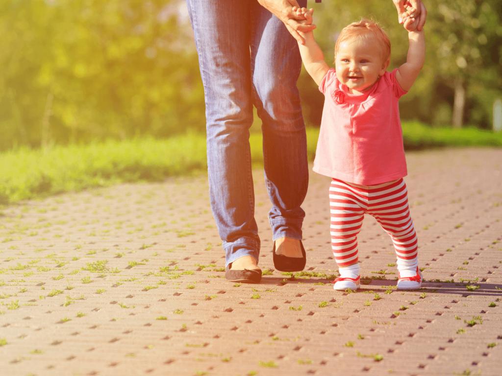 伝い歩きはいつごろから始まる?成長過程で知っておきたい練習方法や8つの注意点