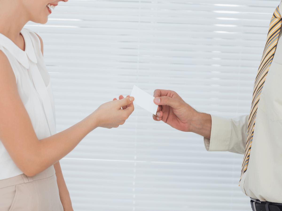 名刺の正しい渡し方・受け取り方とは?好感を持たれるビジネスマナーを知っておこう!