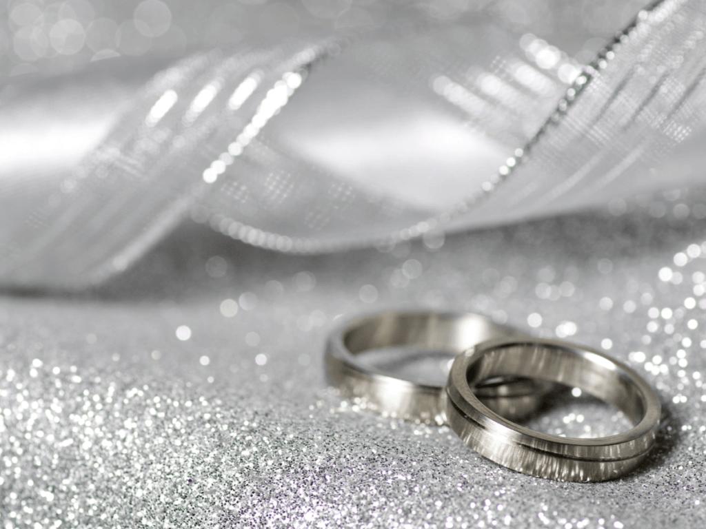 結婚25周年のおすすめプレゼント10選!夫や妻・子どもから両親へ贈る銀婚式の贈り物