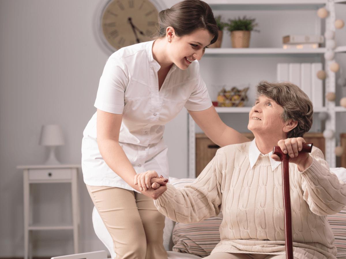 ホームヘルパーは在宅介護のプロフェッショナル!必須資格と気になる給料のことについて