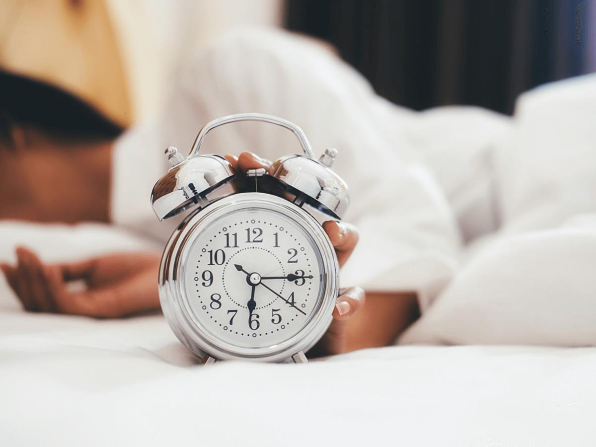 朝起きられない社会人必見!その原因と目覚ましアプリや生活習慣の改善でできる9個の対策