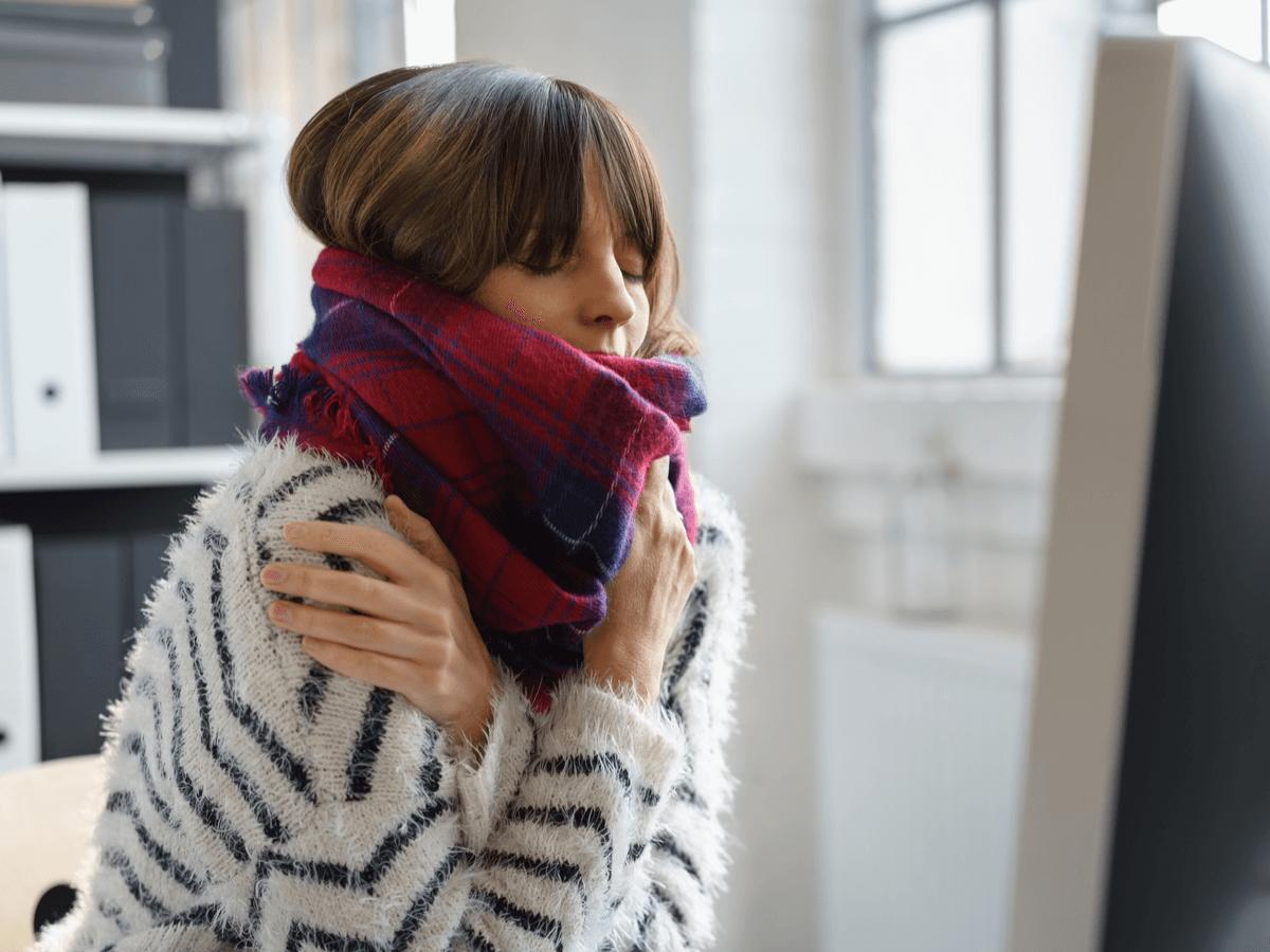 オフィスで冷えを感じる女性必見!会社で使える温活グッズ6選と日常生活でできる5個の対策