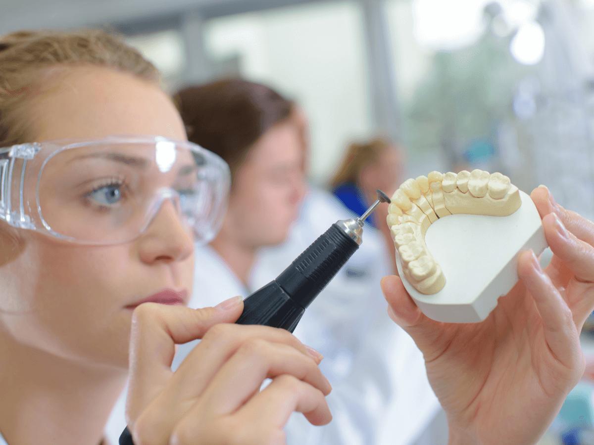 歯科技工士になるには資格は必要?気になる年収・仕事内容についてご紹介