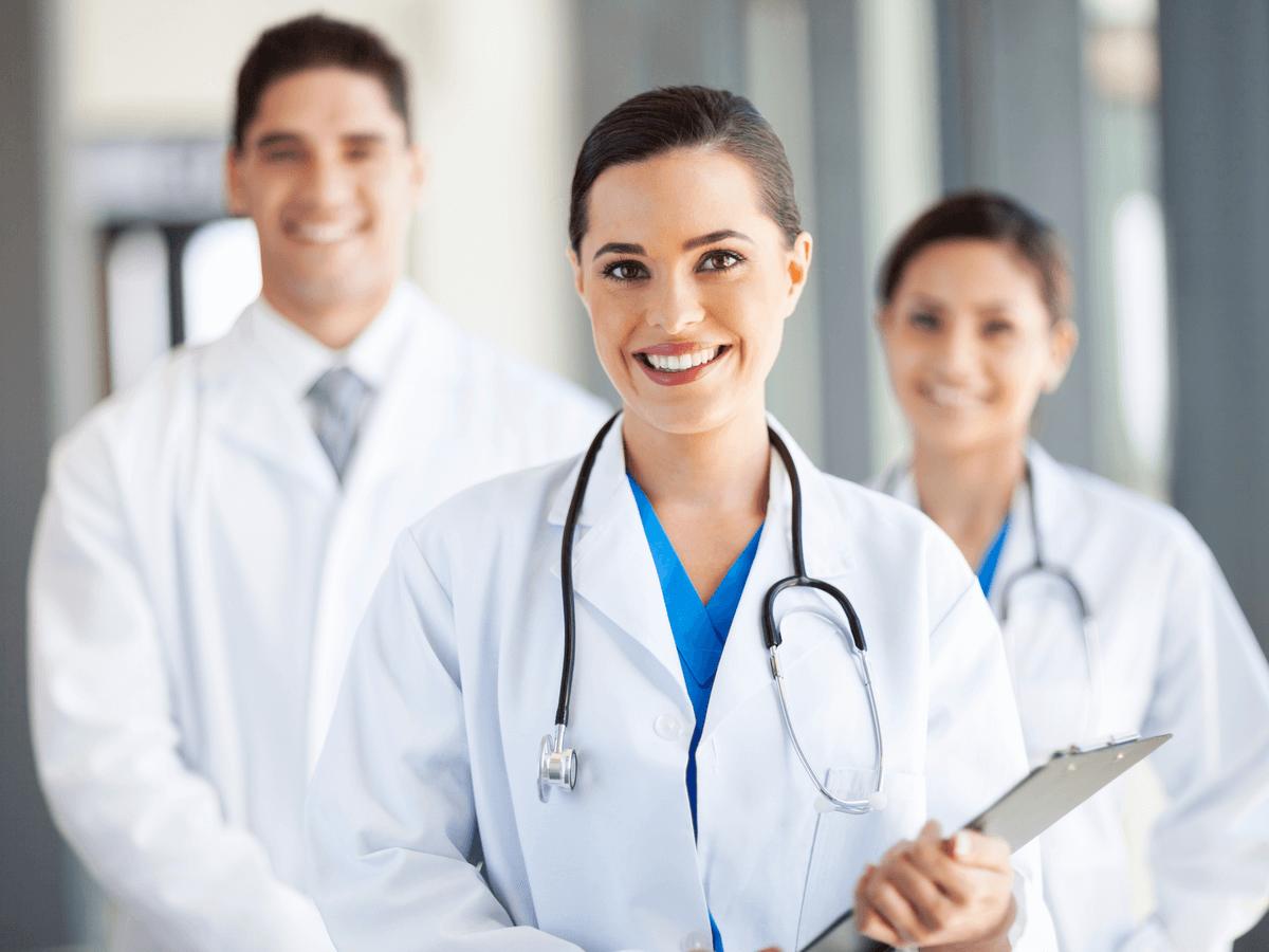 医師になるには免許が必要!国家試験の合格率・医師会・年収について徹底解説
