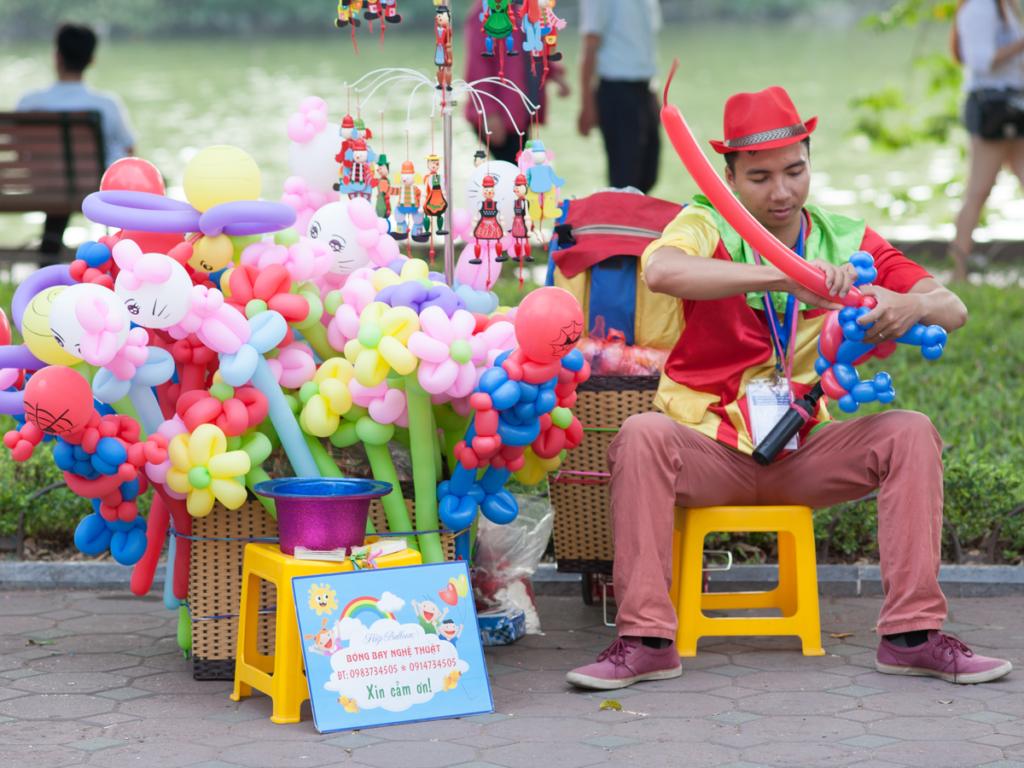 風船で人びとを笑顔にする【バルーンアーティスト】のになるには どんなところで活躍しているの?