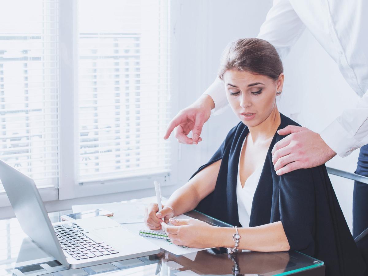 上司からのセクハラ事例と対処法